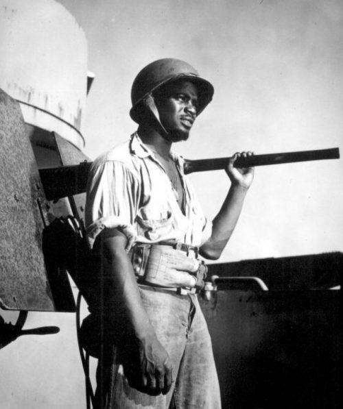 Матрос береговой охраны США у 20-мм зенитной пушки. 1943 г.