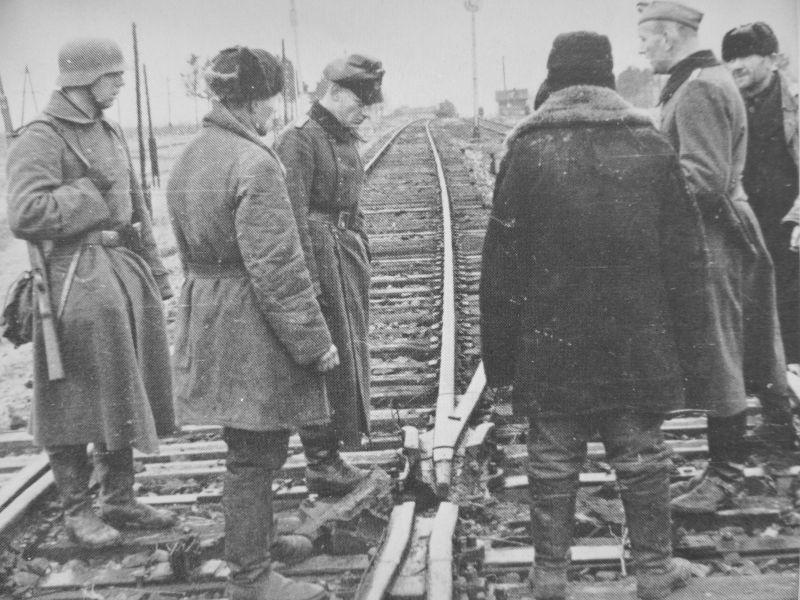 Взорванная стрелка железной дороги под Мозырем. 1943 г.