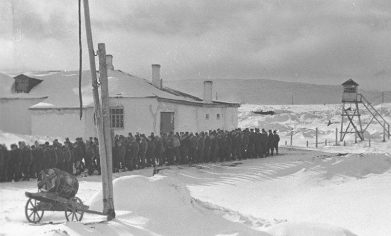 Колонна пленных немцев проходит по территории лагеря военнопленных. 1941 г.