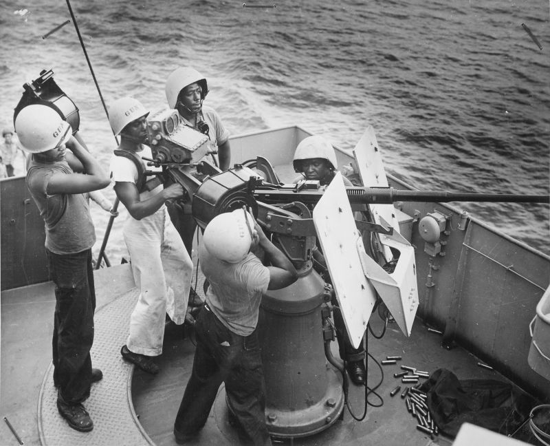 Расчет 20-мм зенитной пушки на борту фрегата береговой охраны США. 1943 г.