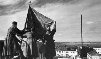 Красное знамя над городом. Октябрь 1943 г.