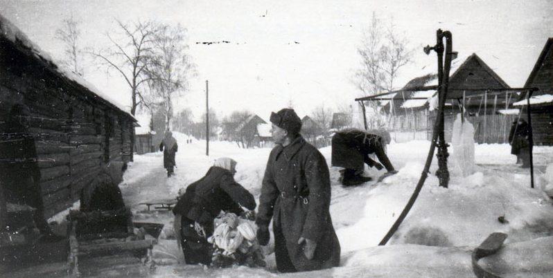 Водораздаточная колонка. 1942 г.