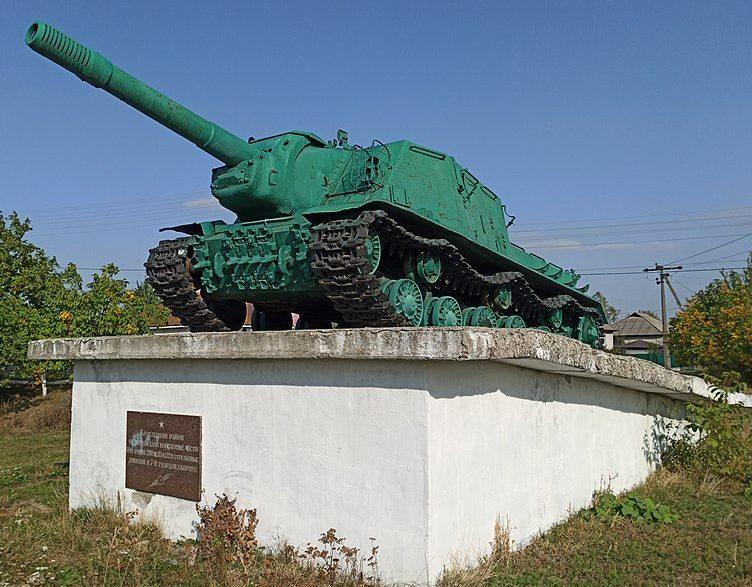 п. Козелец. Памятник-САУ ИСУ-152, установленный на пьедестал в 1985 году в честь воинов-освободителей, погибших за освобождение поселка в сентябре 1943 года.