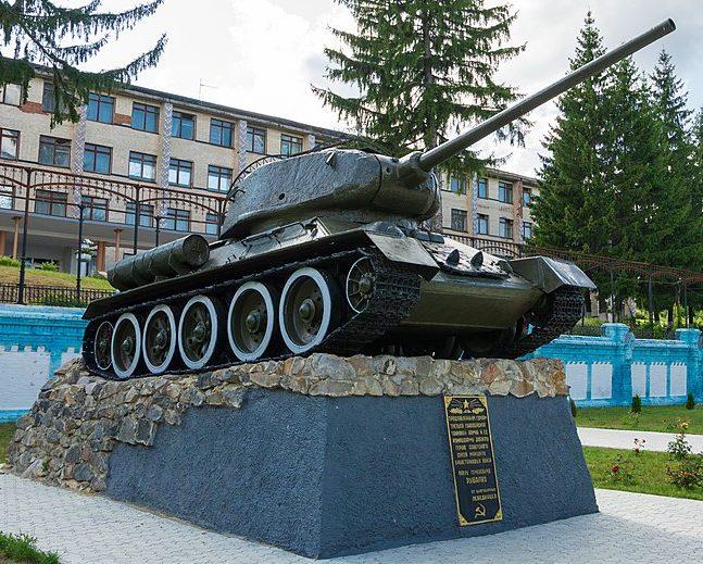 с. Малый Выстороп Лебединского р-на. Братская могила советских воинов и танк Т-34 во дворе техникума, установленный в честь 3-й гвардейской армии.