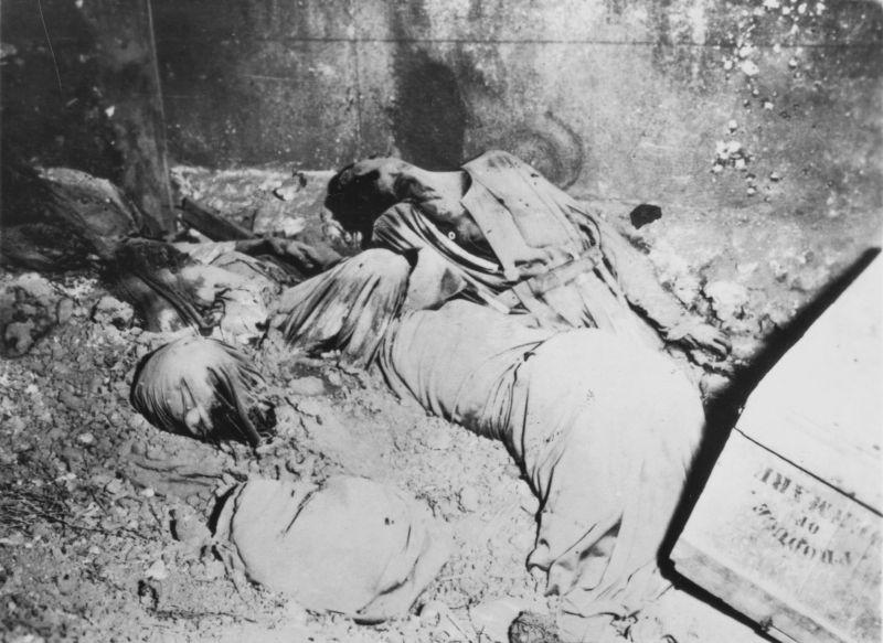 Тела филиппинских священников, убитых японскими солдатами. Март 1945 г.