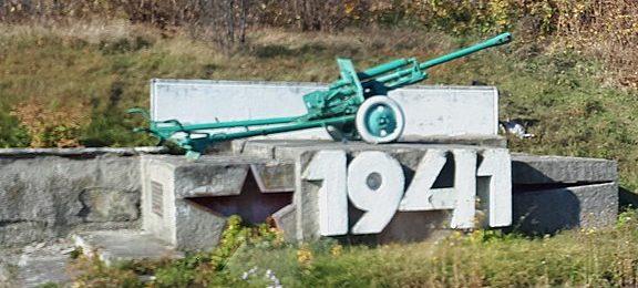 с. Матеевка Бахмачского р-на. Братская могила 170 советских воинов, погибших в оборонительных боях в сентябре 1941 году и памятный знак воинам-односельчанам, погибшим в годы войны.