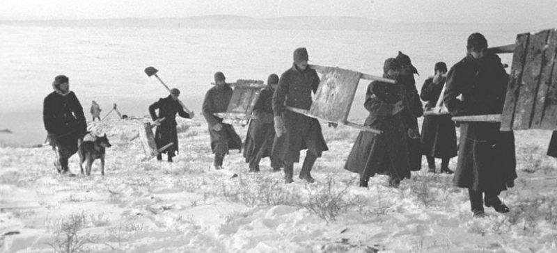 Группа пленных немцев из лагеря военнопленных направляется на работу. 1941 г.