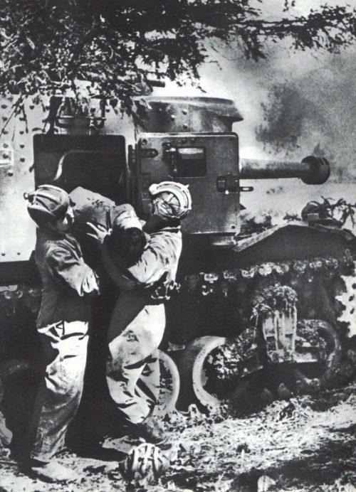 Эваккуация раненного после боя под Гжатском. Август 1942 г.