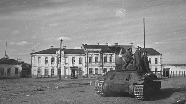 Советские танки в городе. Октябрь 1943 г.