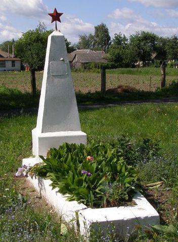 п. Козелец. Братская могила 4 неизвестных воинов, погибших при обороне поселка в сентябре 1941 года.