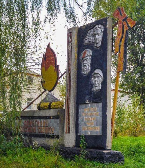 с. Михайловка Лебединского р-на. Памятник советским воинам и павшим землякам.
