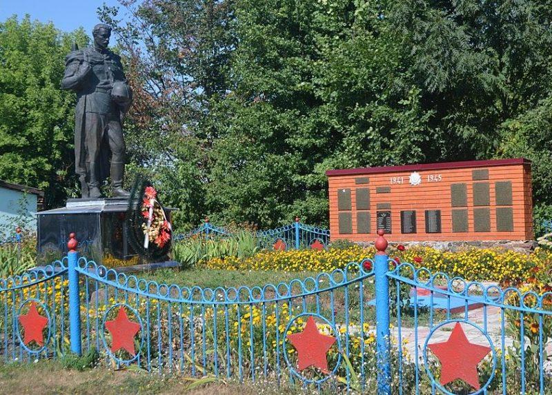 с. Дзеркалька Роменского р-на. Памятник, установленный на братской могиле воинов, погибших при освобождении села и памятный знак односельчанам.