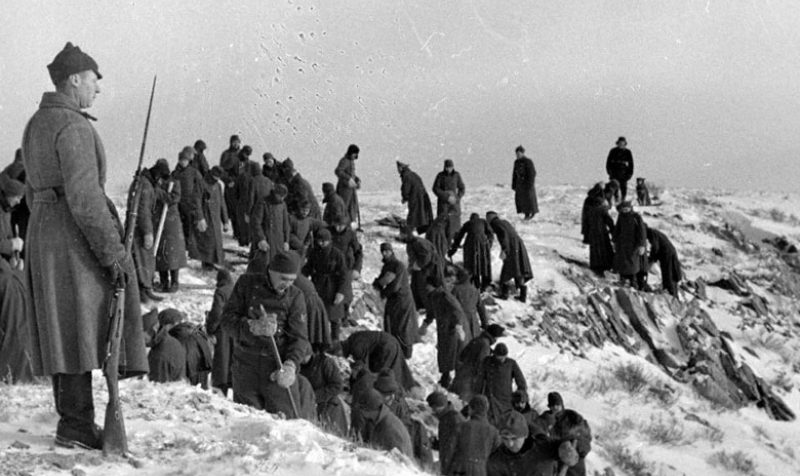 Пленные немецкие солдаты за работой в каменоломне. 1941 г.