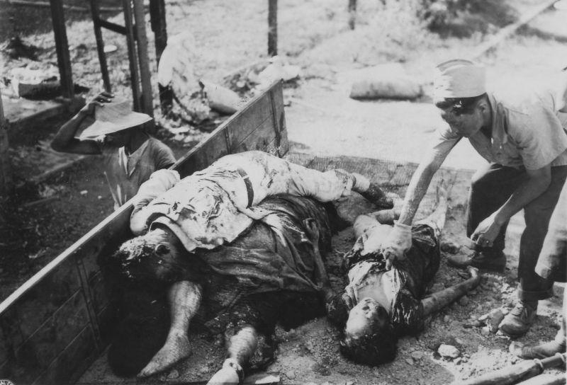 Убитые японскими солдатами филиппинские мирные жители в кузове грузовика у госпиталя в Маниле. Март 1945 г.