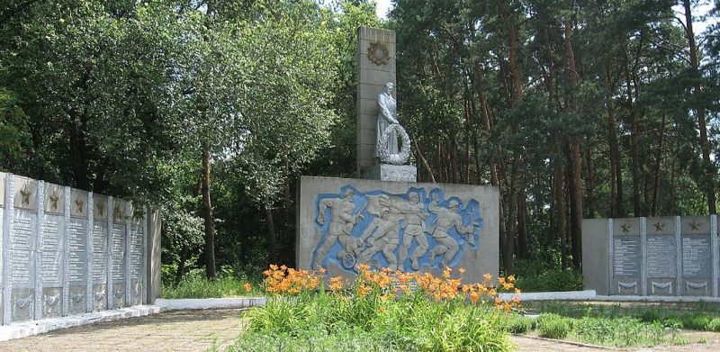 с. Мельня Конотопского р-на. Памятник, установленный на братской могиле советских воинов и памятный знак воинам-землякам.