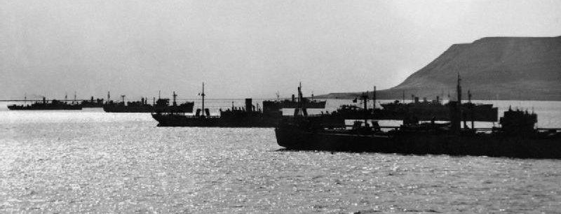 Торговые суда собираются вдоль береговой линии недалеко от Хвалфорда. Конвой PQ-16 Май 1942 г.