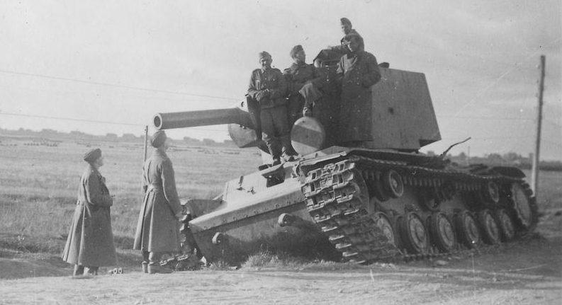 Танки КВ-2, брошенные у города. 1941 г.