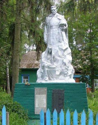 с. Ивашковка Городнянского р-на. Памятник, установленный на братской могиле советским воинам.