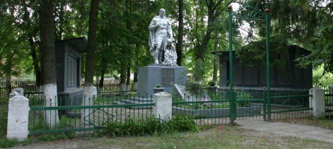 с. Михайловка Лебединского р-на. Памятник погибшим односельчанам в годы войны.