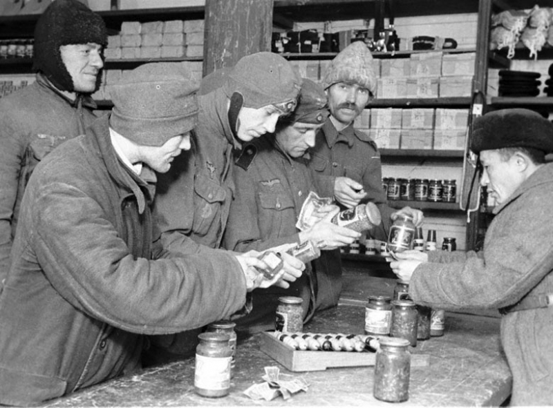 Группа военнопленных немецких солдат покупает товары в магазине лагеря. 1941 г.