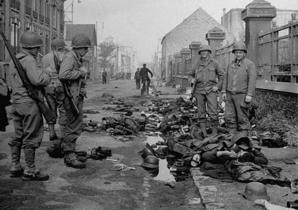 Американские солдаты у тел погибших филиппинцев. Март 1945 г.