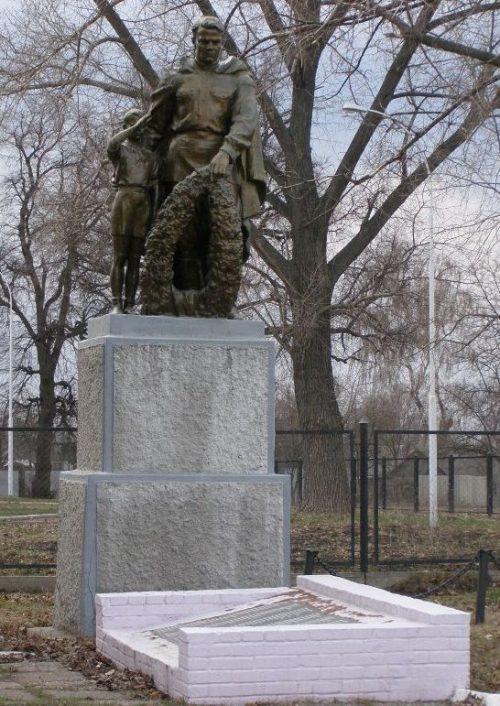 с. Подлипное Конотопского р-на. Памятник на братской могиле воинов, погибших при освобождении села.