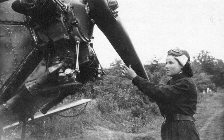 Замкомэск А.Ф.Худякова у самолета.1943 г.