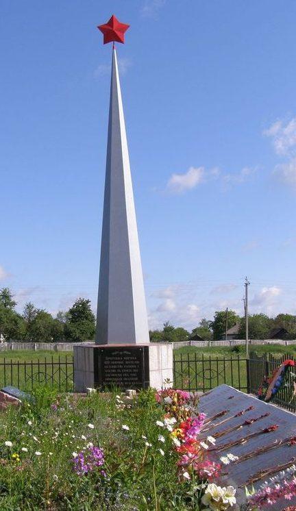 п. Козелец. Братская могила 468 мирных жителей, погибших в годы войны.