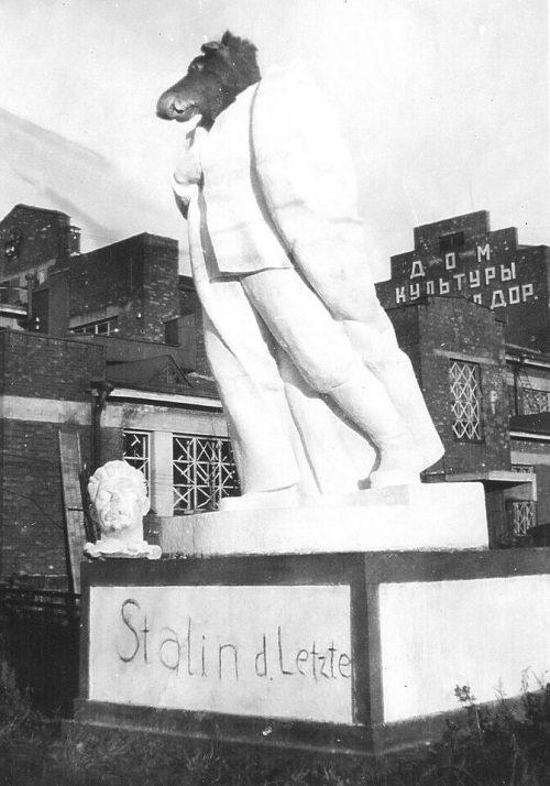 Разрушенный памятник Сталину рядом с Домом культуры железнодорожников. 1941 г.