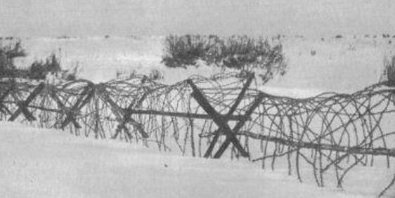 Проволочное заграждение, установленное немцами на льду реки Ловать. Декабрь 1942 г.