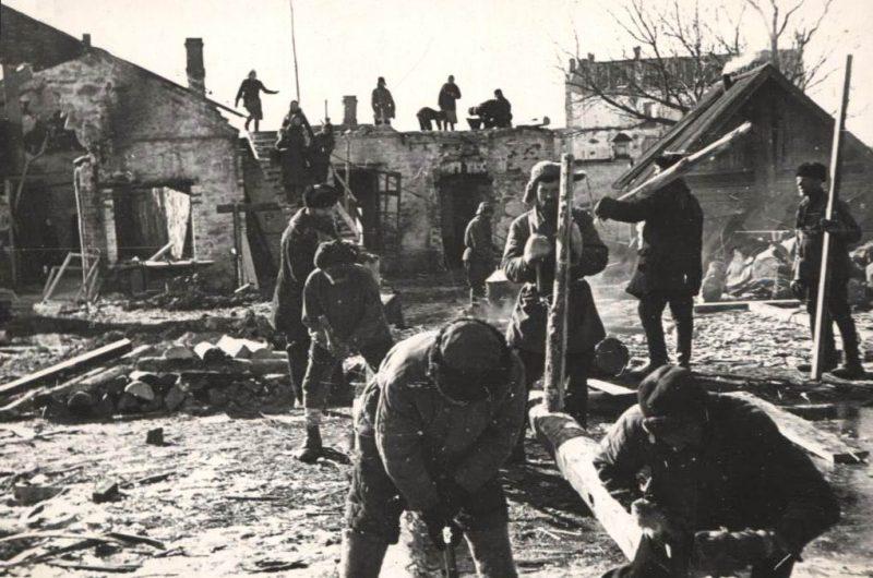Разбор завалов населением. 1944 г.