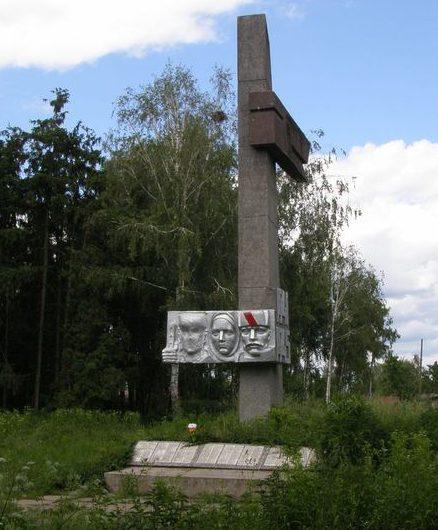 с. Ивашковка Городнянского р-на. Памятник погибшим односельчанам, установленный в 1976 году.