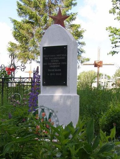п. Козелец. Братская могила 50 неизвестных воинов, погибших при обороне поселка в 1941 году.