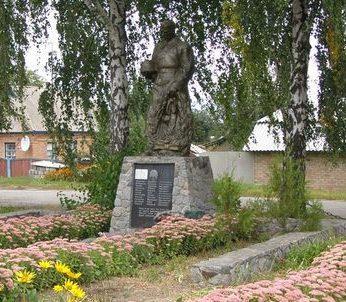 с. Житное Роменского р-на. Памятник, установленный в 1956 году на братской могиле воинов, погибших при освобождении села.