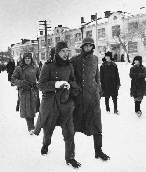 Немецкие пленные под конвоем в Туле. 1941 г.