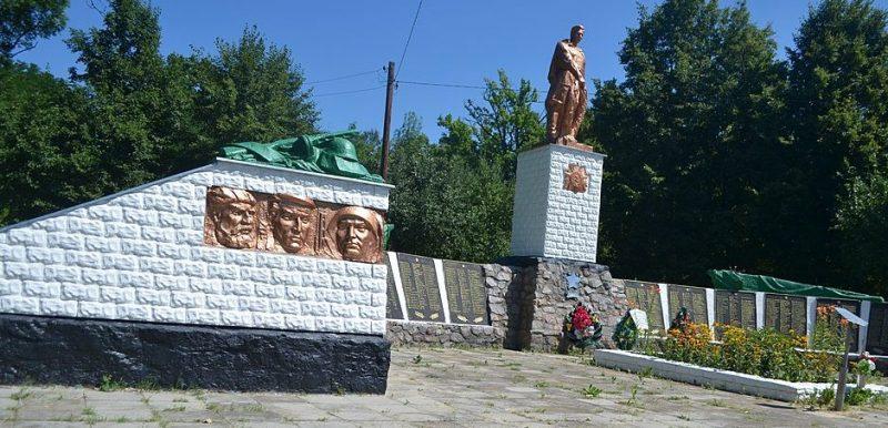 с. Рябушки Лебединского р-на. Мемориал, установленный на братской могиле советских воинов, партизан и мемориальные доски с именами погибших земляков.