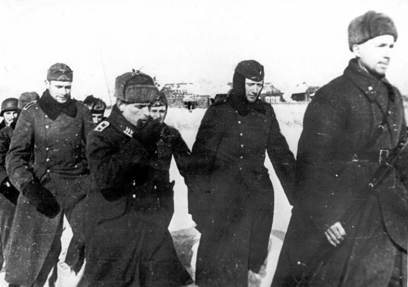 Красноармеец конвоирует немецких военнопленных. 1942 г.