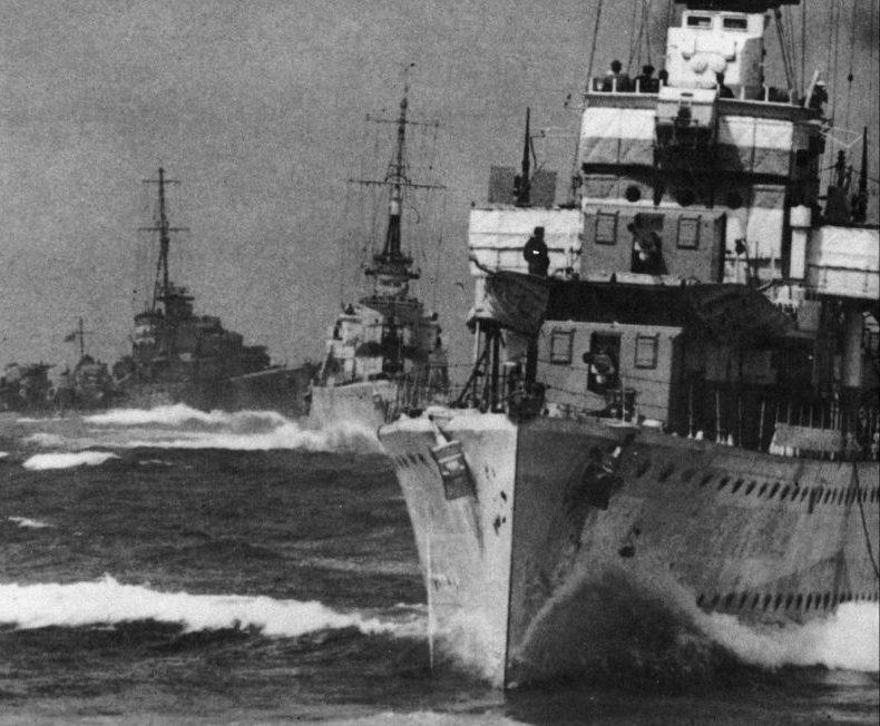 Британские эсминцы выходят в море из бухты Скапа-Флоу для сопровождения конвоя PQ-17. Июнь 1942 г.