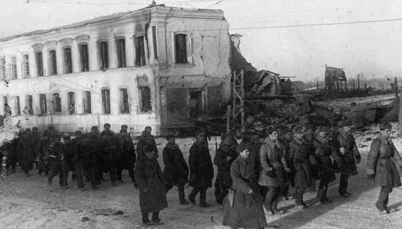 Советские солдаты в освобожденном Гжатске. Март 1943 г.