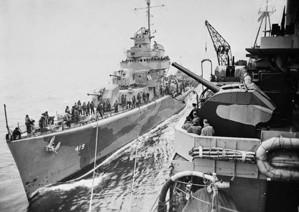 Эсминец USS «Wainwright» заправляется с крейсера HMS «Norfolk». Конвой PQ-17. Июнь 1942 г.