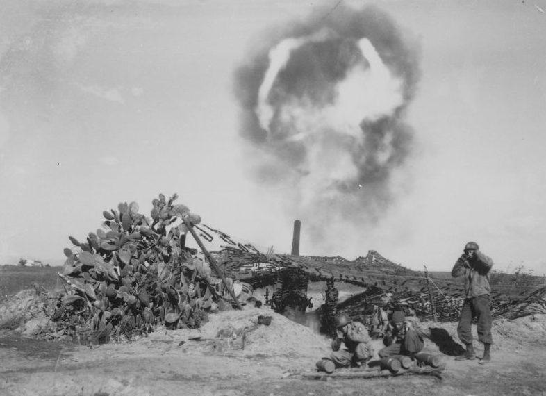 Артиллеристы ведут огонь из 155-мм полевой пушки М1/М2 в районе итальянского города Неттуно. Февраль 1944 г.