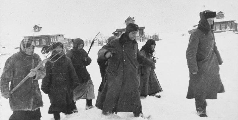 Женщины ведут немецких солдат, плененных в селе под Москвой. 1942 г.