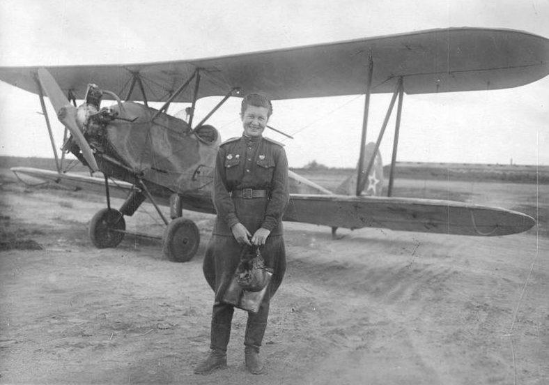 Рая Аронова у самолета По-2 в камуфляжной окраске. 1943 г.