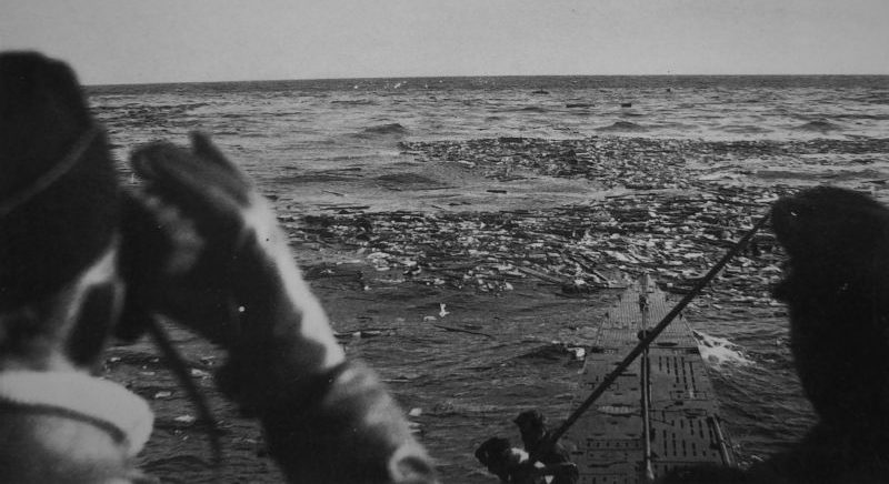Немецкие подводники наблюдают за местом гибели торпедированного американского транспорта. Конвой PQ-17. Июль 1942 г.