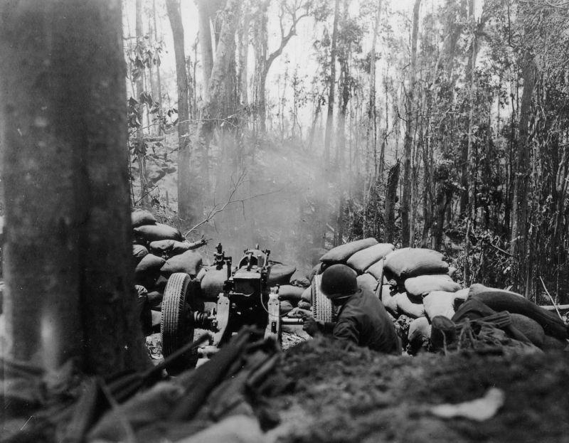 Огонь легкой полевой 75-мм гаубицы М1 на острова Бугенвиль. Март 1944 г.