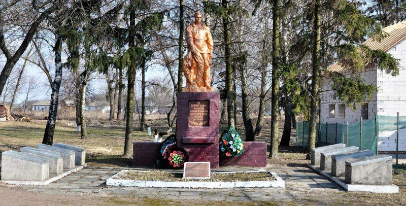 с. Копти Козелецкого р-на. Мемориал, установленный на братской могиле 9 воинов, погибших при боях за село в 1943 году и памятный знак погибшим односельчанам.