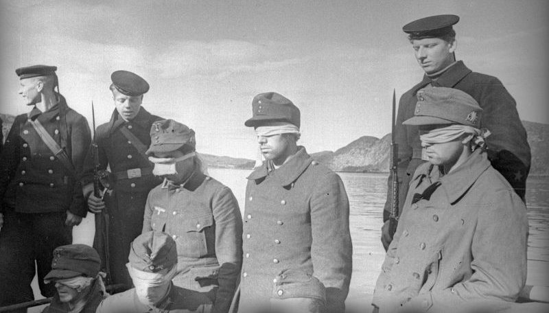 Моряки Северного флота и группа пленных немецких горных стрелков. Полярный, 1942 г.
