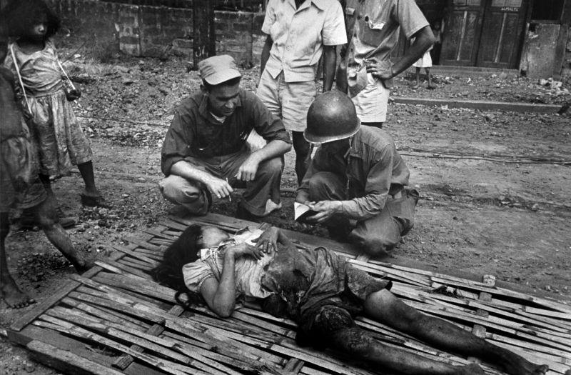 Американские военные у тела погибшей жительницы Манилы. Март 1945 г.