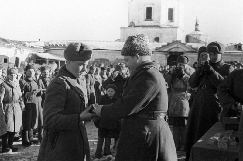 Член Военного совета 5-й армии генерал-майор П. Ф. Иванов вручает награды бойцам и офицерам. Март 1943 г.