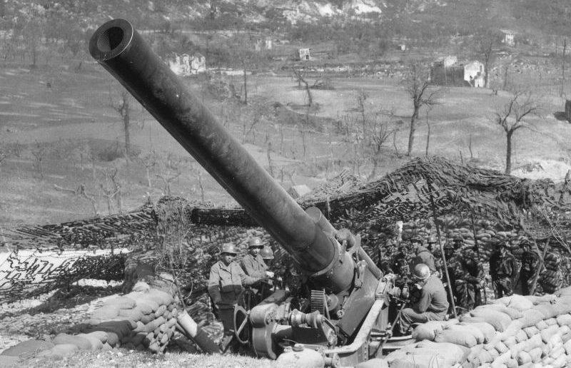 240-мм гаубица M1 в районе Сан-Витторе, Италия. Март 1944 года.